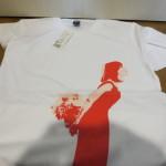 白地に女性のプリントTシャツ